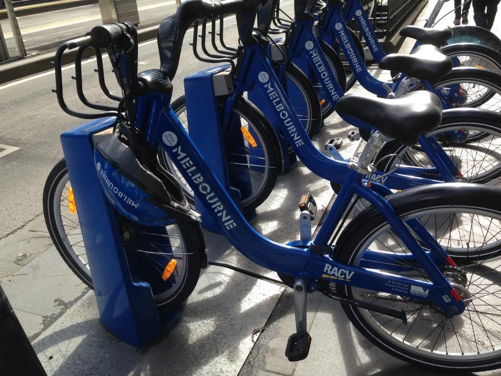 a prefeitura disponibiliza bikes (pagando uma taxa de 2,80 dolares por hora) e vem com capacete!